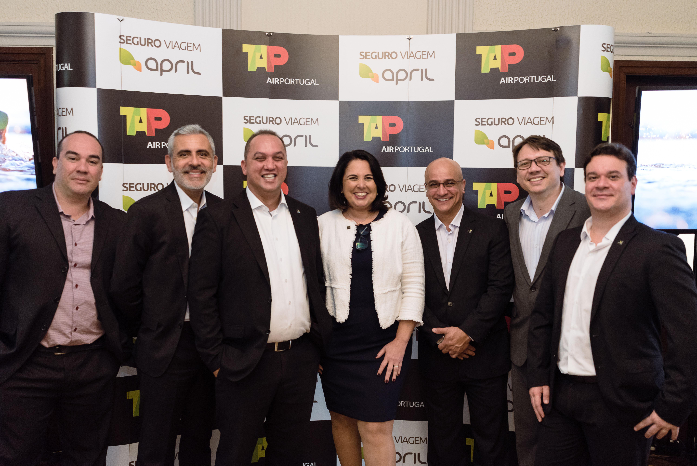 Executivos e time comercial da April Brasil