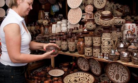 Turista compra artesanato - Crédito: Mtur