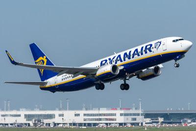 Um voo da Ryanair decola do aeroporto de Ebenhofen (EBE)