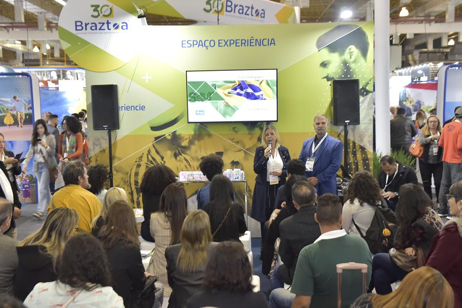 Secretária Vanessa Mendonça e Carlos Alberto de Sá (Grupo Voetur)