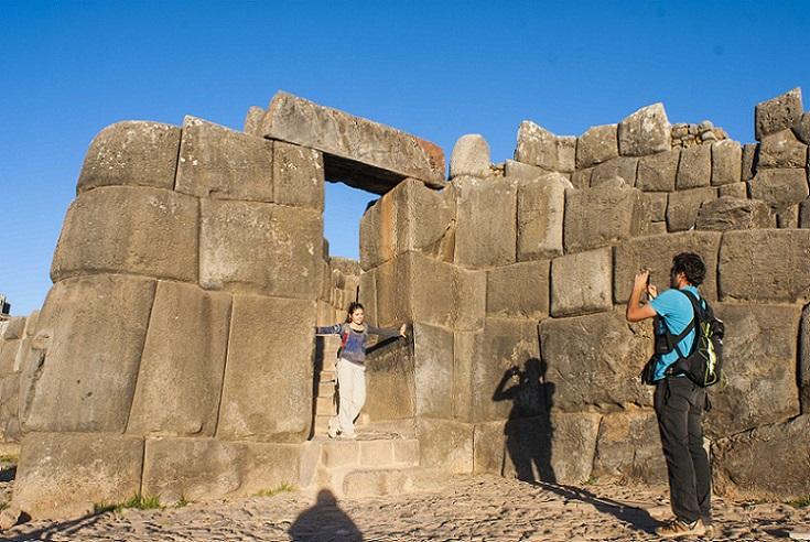 Turistas en la fortaleza de Sacsayhuamán.