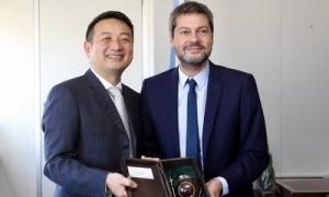 O presidente do conselho do Trip.com Group James Liang (à esquerda) se encontra com o ministro de turismo e esportes argentino Dr. Matías Lammens (à direita) (PRNewsfoto/Trip.com Group)